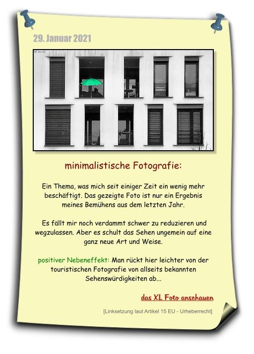 minimalistische Fotografie, Minimalismus, grüner schirm in fensterfront und weiter zum großen foto